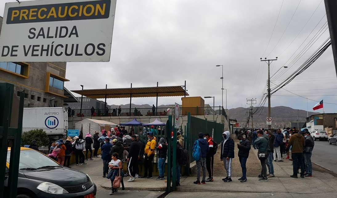 Migrantes haciendo fila para alimentarse gracias a voluntarios que llegan hasta el terminal de buses de Antofagasta   Foto: Jonathan Mondaca