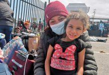 Migrantes en el terminal de buses de Antofagasta | Foto: Jonathan Mondaca