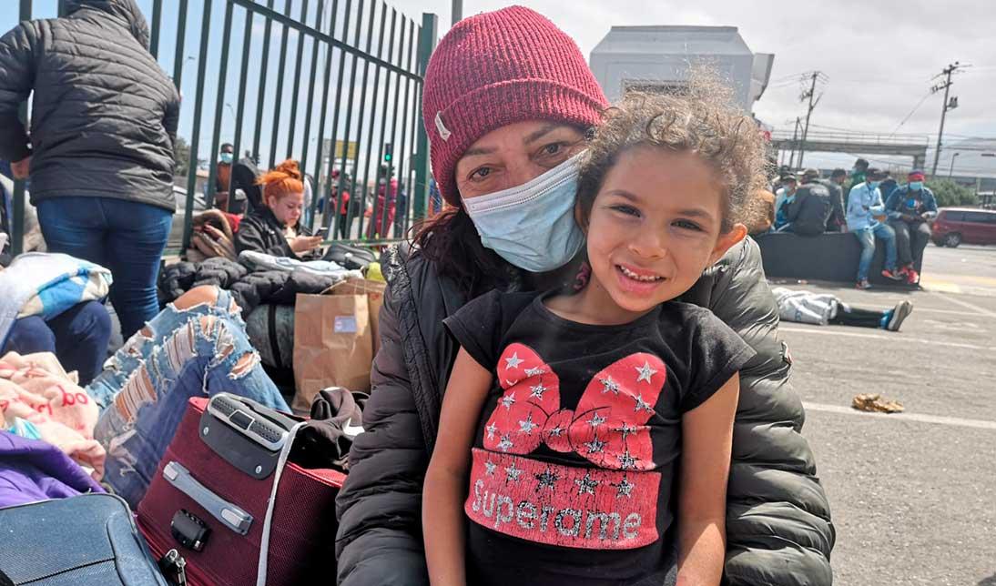 Migrantes en el terminal de buses de Antofagasta   Foto: Jonathan Mondaca